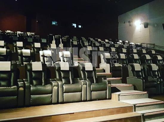 Usit Seduta nel teatro di Gumi, Corea del Sud