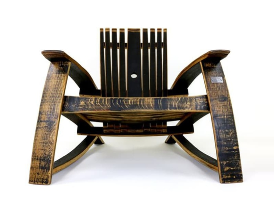 La sedia Adirondack Bourbon Barrel è una Smooth Upcycle