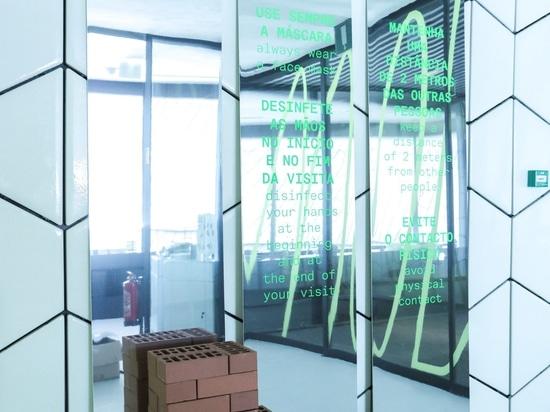Sam Baron crea una segnaletica in mattoni e specchi per consentire la distrazione sociale al MAAT