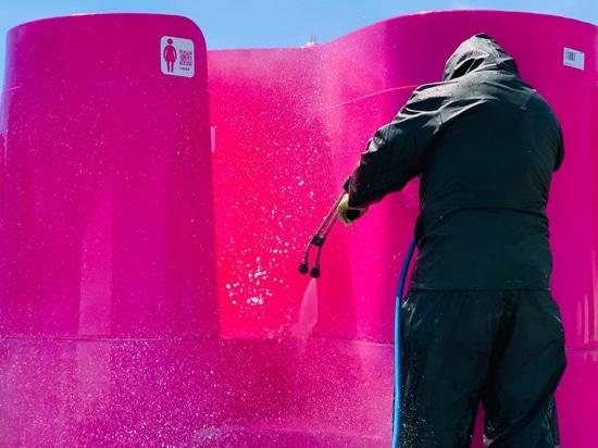 I progettisti di orinatoi per esterni offrono soluzioni al problema della pandemia dei servizi igienici pubblici