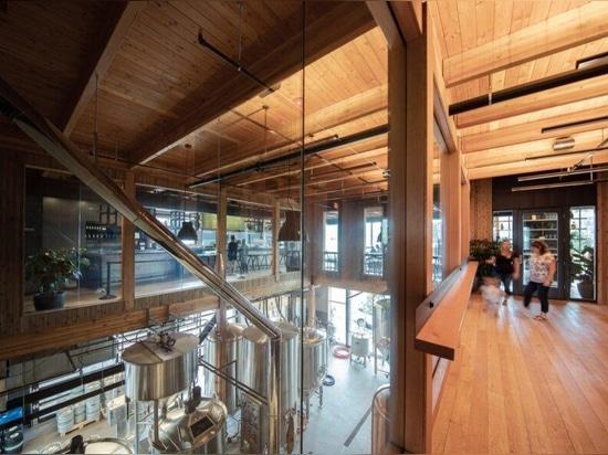 L'avamposto ad uso misto di Hood River raggiunge lo chic industriale con il legname di massa