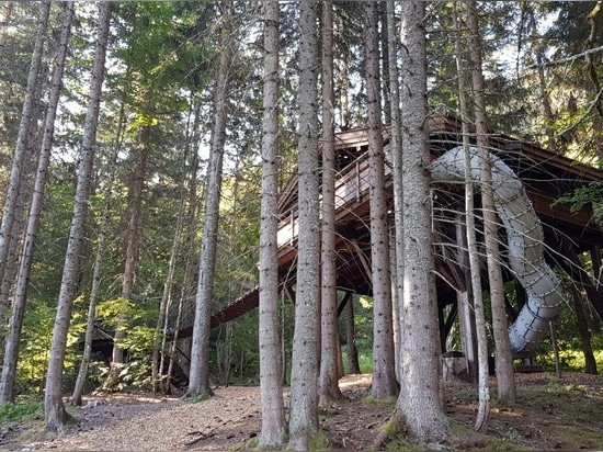 Cabane du Ruisseau, la casa sull'albero perfetta per le famiglie con bambini. Progettata e costruita da Nicolas Boisrame, fondatore di Entre Terre et Ciel.