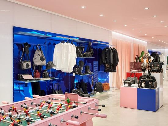 Forme di design a specchio Lola Casademunt Nuovo Showroom in Spagna