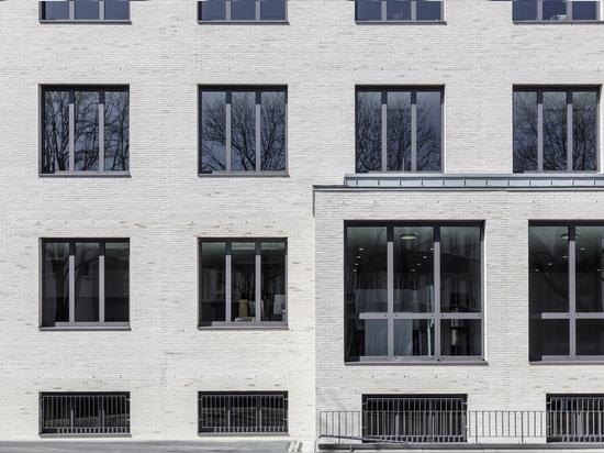 Visivamente accattivante: il sistema di finestre heroal W 72 conferisce alla nuova facciata un carattere distintivo.  Foto: Jörg Hempel