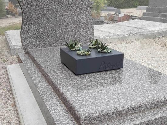 Fioriere incise su misura per decorare le tombe