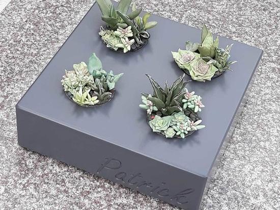Vasi di fiori durevoli e personalizzati per decorare le tombe