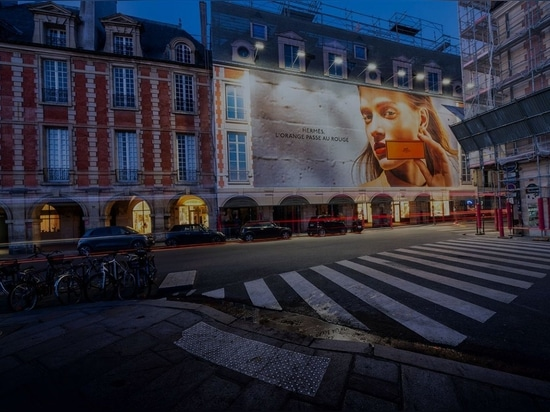 Cartellone pubblicitario di grande formato a Place Vosges, Parigi. Foto caricata il 16 luglio 2020. Per gentile concessione di LightAir.