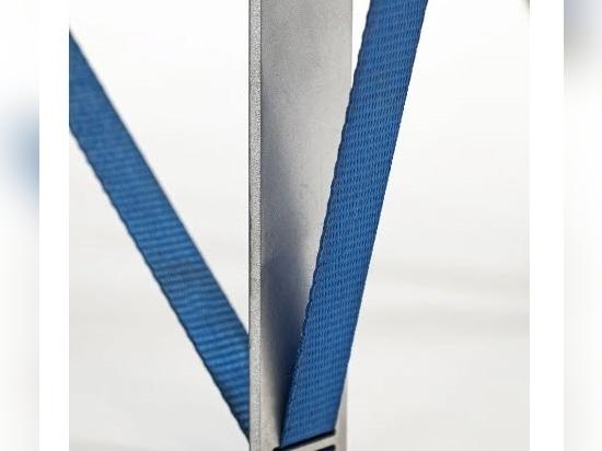 Nebbia Works combina alluminio riciclato e cinghie a cricchetto per creare la serie 'tighten table'