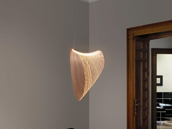 Un LED e legno tagliato al laser si combinano per creare questa luce a sospensione scultorea
