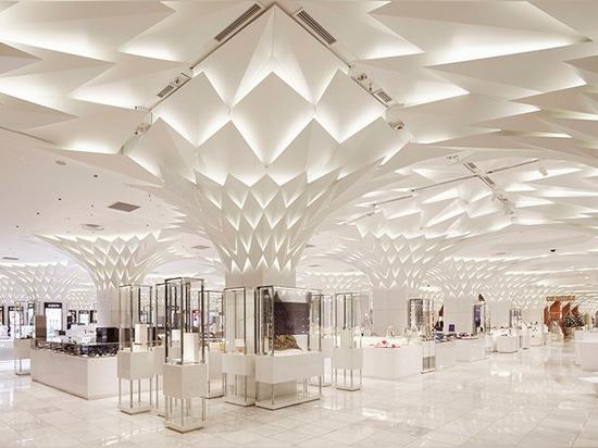 Pannelli di alluminio a forma di foglia coprono il soffitto del grande magazzino di Tokyo