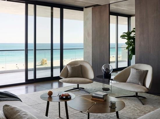 MW Works utilizza legno scuro e pareti sabbiose per gli interni dell'appartamento Ocean Drive a Miami Beach