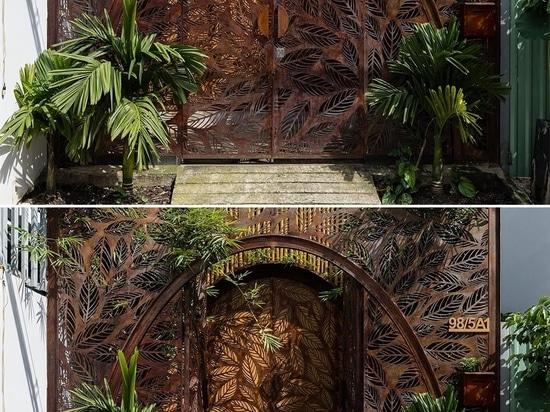 Schermi metallici con un motivo a foglia adornano sia l'interno che l'esterno di questa casa