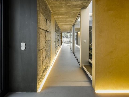 I corridoi all'interno di questa fattoria ristrutturata sono illuminati con illuminazione a LED