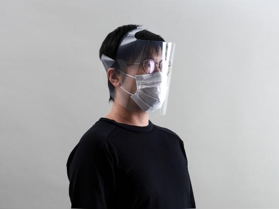 Uno schermo per il viso fatto da una cartella trasparente formato A4