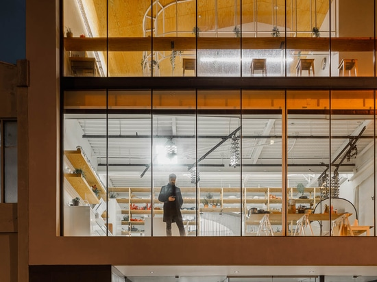 Invece delle scale, una rampa a spirale è stata progettata per questo edificio per uffici