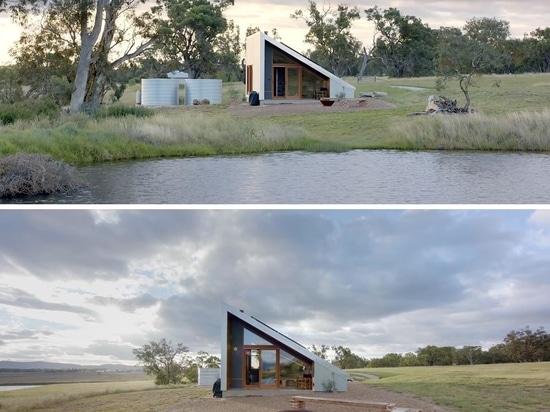 Questa piccola casa a forma di cuneo è stata progettata per essere una proprietà Airbnb unica