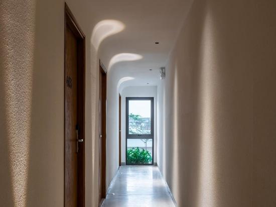 I balconi ondulati con piante sporgenti sono una caratteristica del design di questo condominio