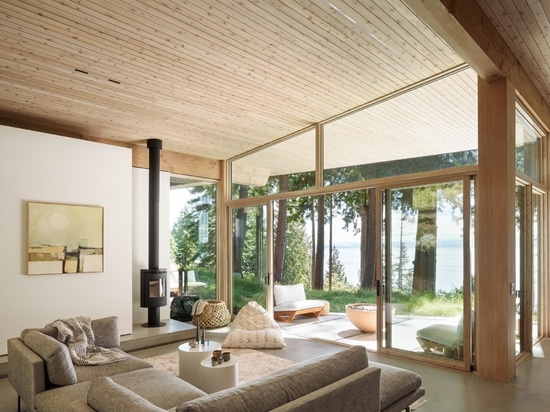 Con un esterno scuro e un interno chiaro, questa casa rurale è rivestita di cedro dentro e fuori