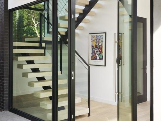 SLIC Design crea una moderna casa di vetro che sale fino alle cime degli alberi