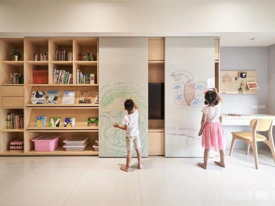 Una lavagna scorrevole è una caratteristica chiave di questa scaffalatura progettata per i bambini