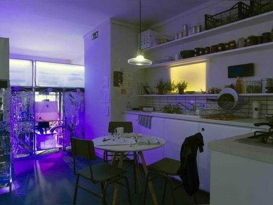 Mitigation of Shock, un interno di appartamento che immagina la vita sotto le future restrizioni dovute al cambiamento climatico. Per gentile concessione di Superflux