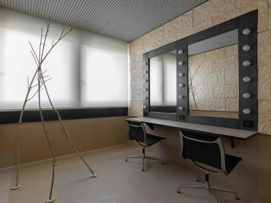 Uno spogliatoio del Teatro Degli Arcimboldi, Milano, ridisegnato da Senselab nell'ambito di 'Vietato L'Ingresso