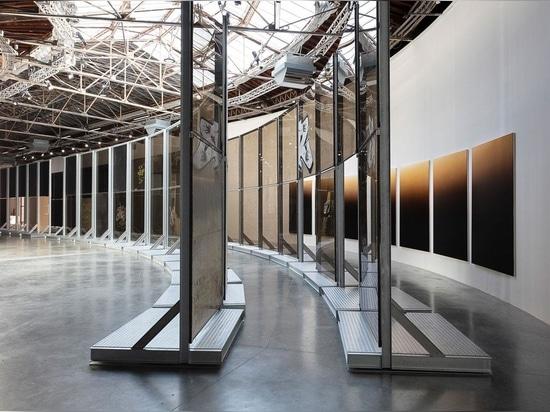 Anne Imhof, Passage, 2021, e Untitled (Natures Mortes), 2021. Per gentile concessione dell'artista, Galerie Buchholz e Sprüth Magers